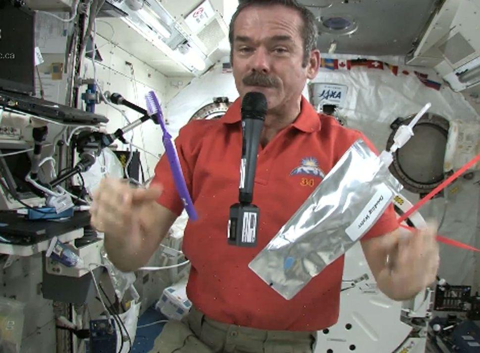 Il famoso scienziato e astronauta   Chris Hadfield mostra come ci si lava nello spazio.