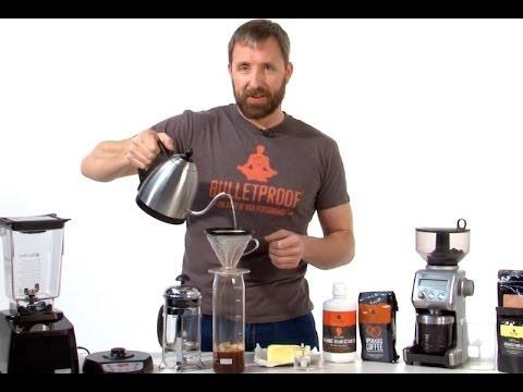 Dave Asprey mentre prepara il Bulletproof Coffee.